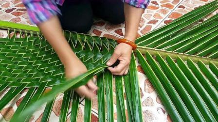 泰国大姐是如何编织椰子叶的,网友:看完终于明白了!