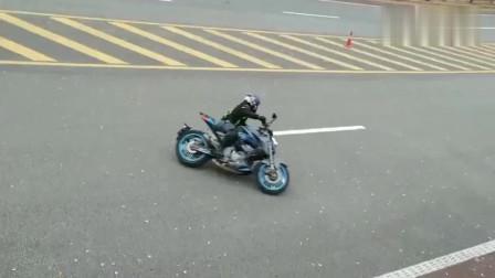 高难度的摩托车压弯,稍微不注意就摔了,网友:真是作死啊!