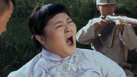 村姑去劝降炮楼伪军时被日军士兵开枪,队长调转枪口敌为老婆复仇!