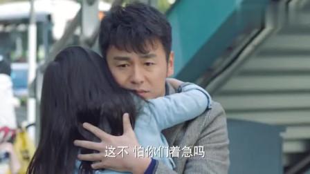 女儿找不到爸爸急的直哭,阿姨送她回来,见到爸爸瞬间委屈极了!