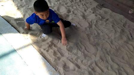 【7岁】10-27哈哈在公园挖沙子,玩的不亦乐乎video_113150.mp4
