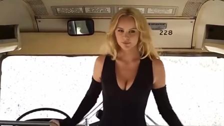 外国金发碧眼美女,在公交车上跟男的激战,场面很刺激!