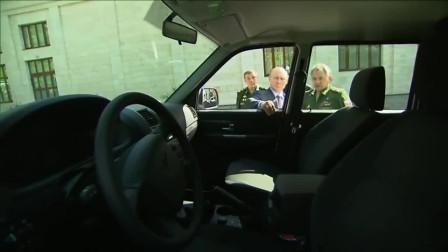 大型尷尬現場,官員向普京展示SUV,結果車門打不開把手被扯掉