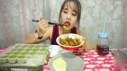 吃播大猫,吃抹茶椰蓉大福+红糖糍粑+小米糕+希波饼,真过瘾!