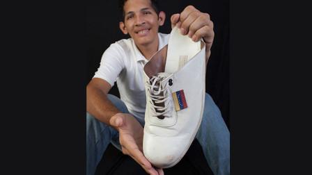 世界上脚掌最大的男人,他的每双鞋都是特别定制!