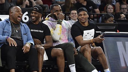 詹姆斯保罗威少一起看WNBA,兄弟团休赛期密不可分