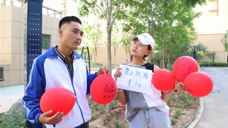 在氣球上畫表情包游戲畫出1個獎勵10元學生的做法太逗了