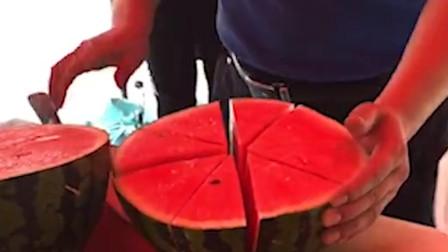 高校发5000个西瓜降温 万名学生排队吃瓜场面壮观