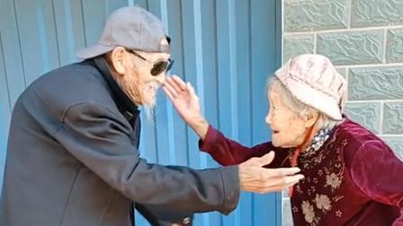 姜还是老的辣!两位近百岁的老人跳魔性舞蹈,网友:像极了爱情