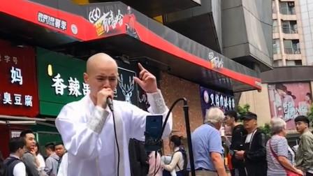 光头小伙在闹市唱歌,开口就是撕心裂肺的声音,歌声响彻整条街