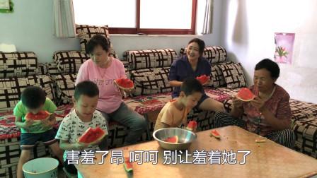 两个大姑姐回娘家,弟媳做啥饭招待?二姑姐却不愿意坐一起吃饭