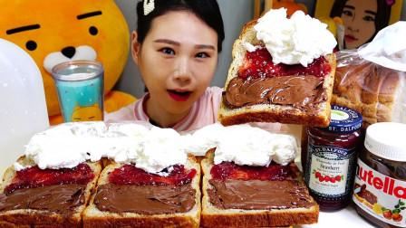韩国吃播:卡妹吃面包片,涂上果酱、草莓酱和新鲜奶油,吃得真香