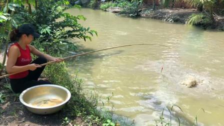 家里没肉吃了,农村妹子去河边钓钓鱼,看看她钓了多少?
