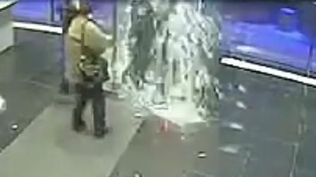 男子太倒霉了 走着走着竟然被旋转门两块玻璃家中超诡异