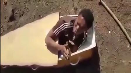 两白人农夫殴打一名黑人,将其塞入棺材威胁要烧死他