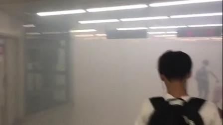 车站冒出大量白色浓烟,民众争相走避