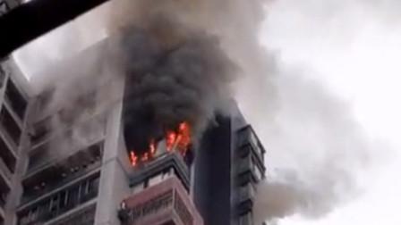 重庆一高层住宅楼突发火灾 疑因充电筒充电发生爆炸引起
