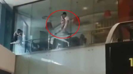 1岁男童被困5米高护栏 被休假消防员徒手救下