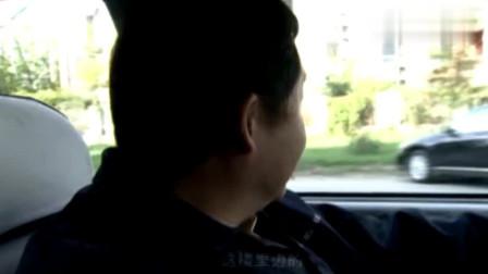 迷失的情感:性感美女上了老男人的出租车,竟毫不掩饰的换衣服!