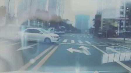 【重庆】前方两车猛烈相撞 男子驾车神闪躲逃过一劫
