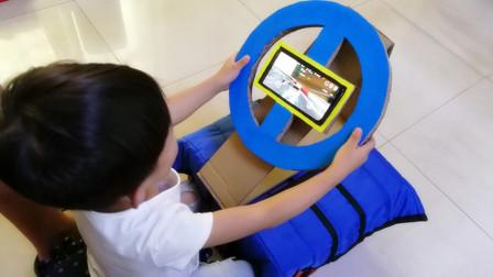 爸爸用废纸板自制汽车方向盘,3岁小孩把赛车游戏玩出了新高度