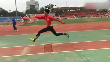 运动会上,这个学生的表现,直接被国家队教练看中,跳的太完美!