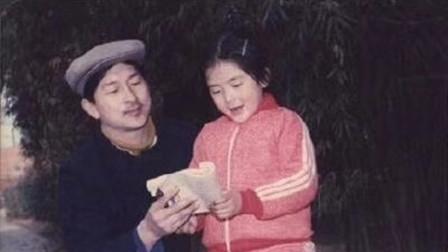 谢娜童年拿着书与父亲合照 被何炅调侃 摆拍高手