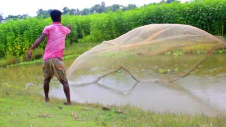 农村小哥野外撒网捕鱼,撒网技术一流,看看收获了啥鱼?