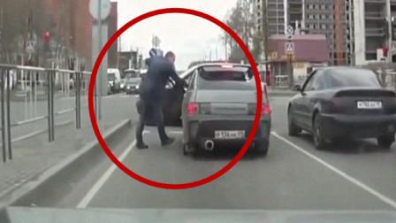 """""""路怒""""司机故意别车,对方也不是好惹的,看他被打我就放心了"""