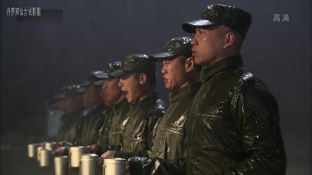 我是特种兵:小庄带头唱歌鼓舞士气,却被老炮以违反队列纪律为由,被罚再接一杯雨水才能去吃饭。