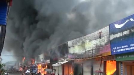 百色一建材市场突发大火 整排商铺全被引燃