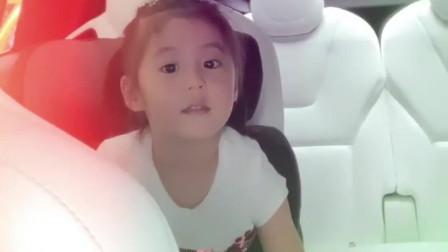 贾静雯小女儿终于不高冷了,Bo妞跟着咘咘学卖萌好可爱