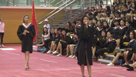 音乐系的同学上场,把毕业典礼开成了演唱会,天籁之声响彻体育馆