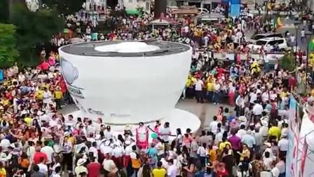 咖啡杯高如楼房欲创纪录 盛20吨咖啡邀人共享