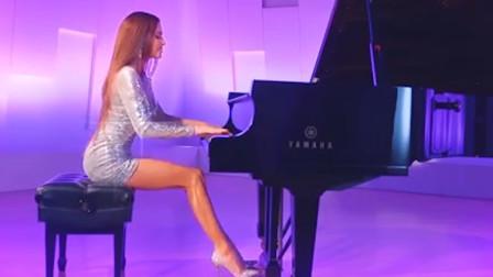 腿最长的女钢琴家!网友:这腿不蹬三轮,可惜了!