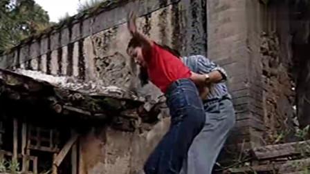红绒花:美女被男子捆绑带到小破屋,吓得她花容失色嘤嘤哭泣!