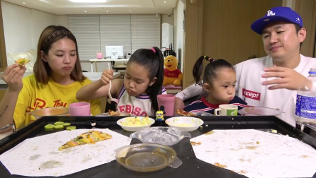 《韩国家庭美食》一家四口点外卖吃,披萨配芝士鸡蛋,大人小孩都喜欢吃