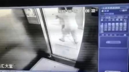 电梯内摘口罩被挡 海南一男子强抱女子伸咸猪手