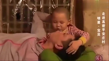 萌娃张峻豪唱着睡眠曲,哄李鑫爸爸睡觉,懂事的孩子