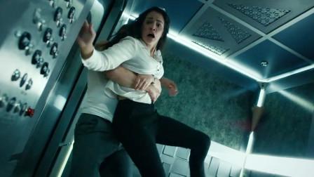 女孩被困在电梯里,而她身边的陌生男子,远比故障电梯更危险!