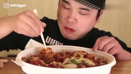 大胃王胖哥吃披萨芝士甜酸面,吃得太香了