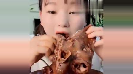 吃播小姐姐吃羊头,大口吃的过瘾了,吃出了满满的幸福感!