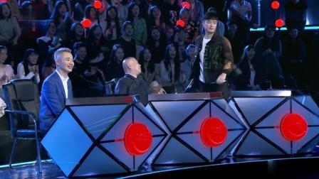 笑傲江湖4:小伙让陈赫洗牌,怎料他却不用,激得陈赫拿起了椅子