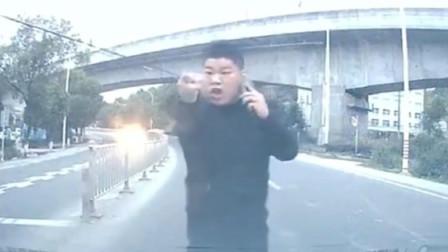 电瓶车司机停马路中间接电话,花式作死还骂人,结果让人极度舒适