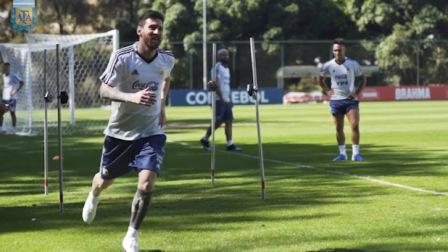 生死战!阿根廷全队备战巴拉圭 梅西神情轻松面带笑意