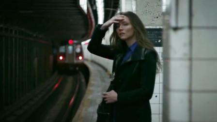 女白领等地铁时,目睹路人被推下轨道,凶手似乎还盯上了她