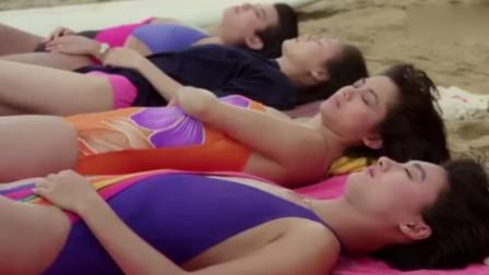 一排美女躺在沙滩上享受,小伙却在下面挖洞偷袭,这下有好戏看了