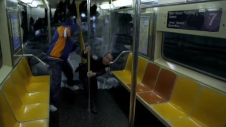 鲨卷风:鲨鱼攻击了地铁,男子临危不乱和鲨鱼对战,解救众人