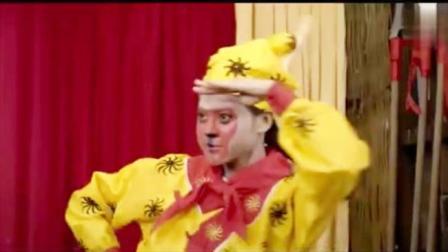"""双猴记:爷爷小呢表演耍猴,不料旁边来个""""女猴子"""",有好戏看了"""