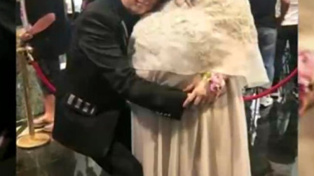 何超盈巨肚现身闺蜜婚礼,身材壮硕抵两男人,被二房不断献殷勤